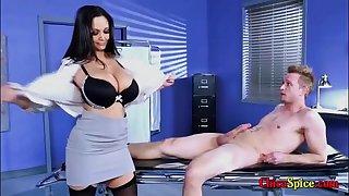 Mi doctora privada me hace desnudar y ella tambien lo hace delante mio con sus grandes senos y me lo